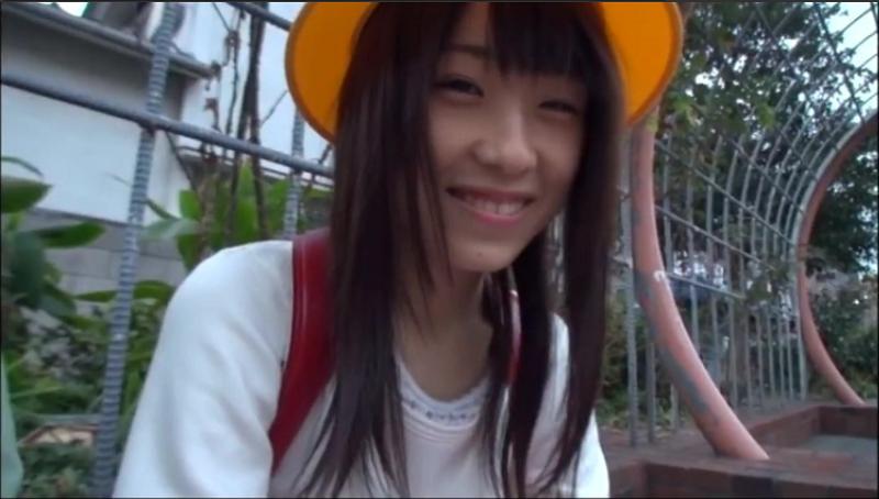 赤いランドセルと黄色い通学帽を被った土屋あさみ