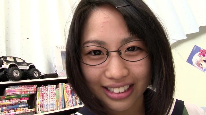 セーラー服で笑顔がかわいい鈴木あいり