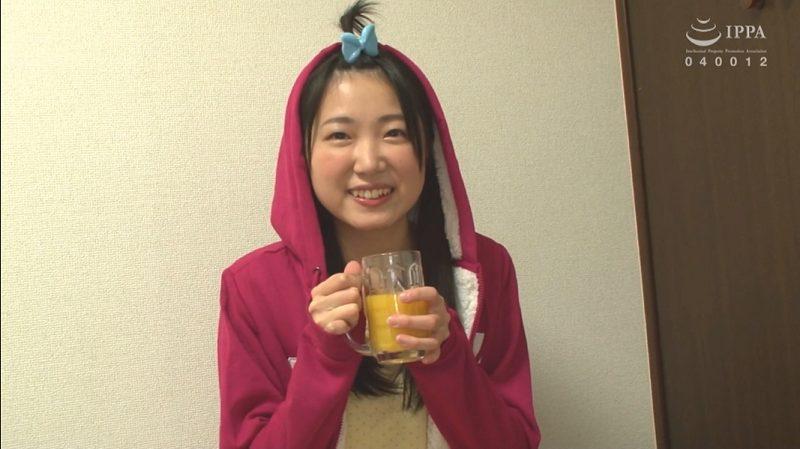 かわいい衣装でオレンジジュースを飲む神谷千佳