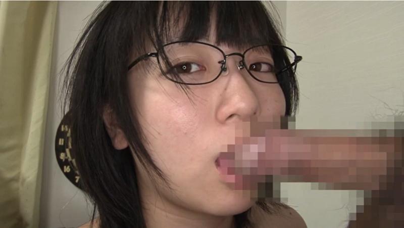 眼鏡をかけたままおちんちんを舐める安達まどか