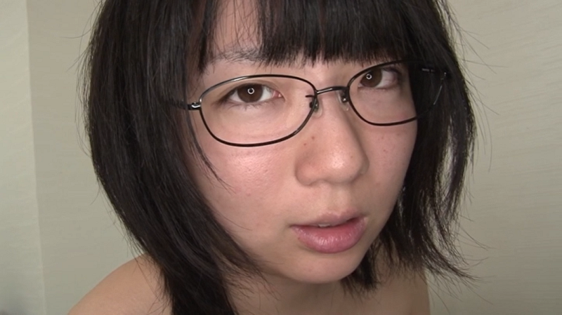 眼鏡をかけた安達まどか