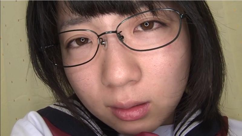 眼鏡をかけてオナニーするセーラー服姿の安達まどか