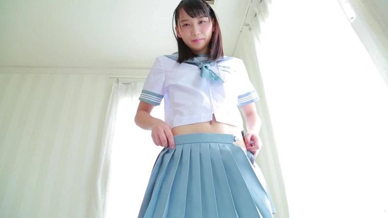 セーラー服のスカートを脱ぐ天羽成美