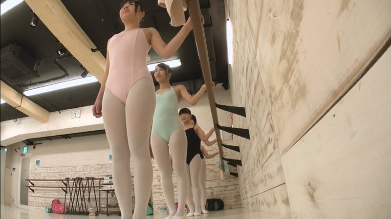 バレエのレッスンを受ける酒井紗也